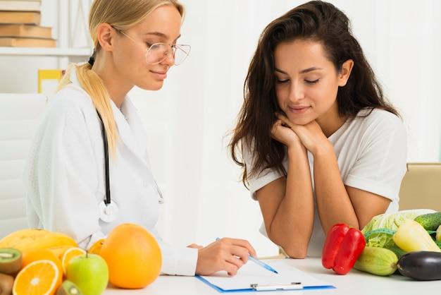 Médico de tiro médio, escrevendo uma receita