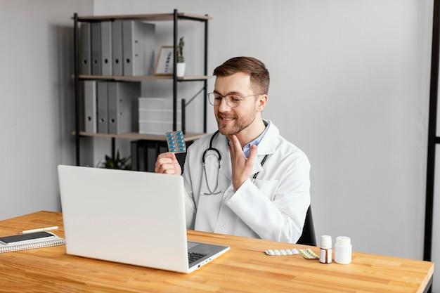 Médico de tiro médio falando com o paciente