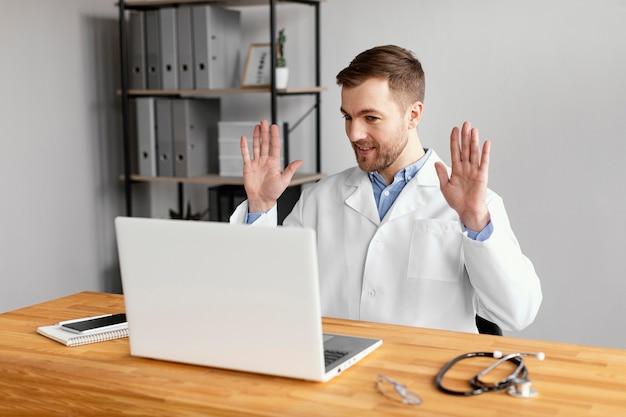 Médico de tiro médio no trabalho