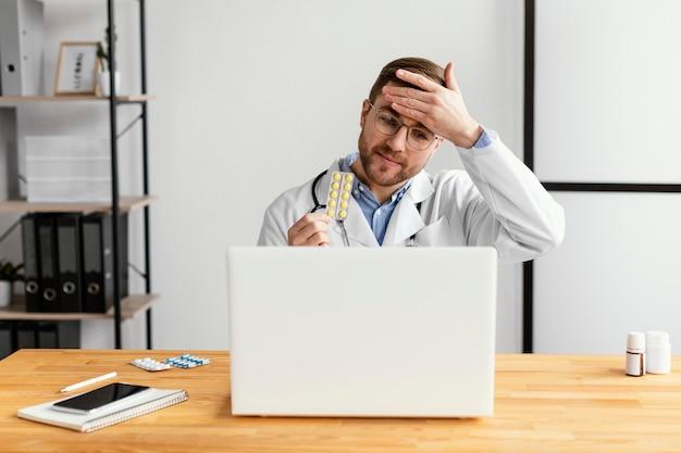 Médico de tiro médio segurando remédio