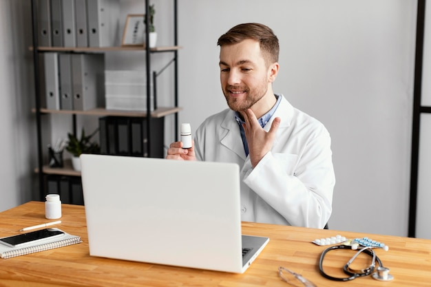 Médico de tiro médio tocando o pescoço