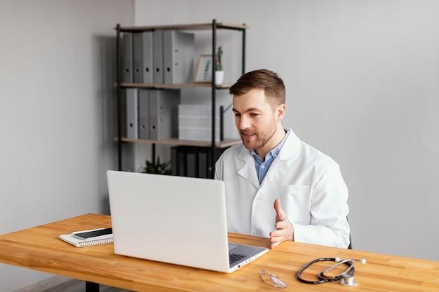 Médico de tiro médio trabalhando na mesa