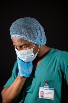 Médico de tiro médio usando máscara