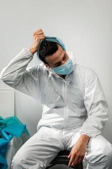 Médico de tiro médio usando terno de materiais perigosos