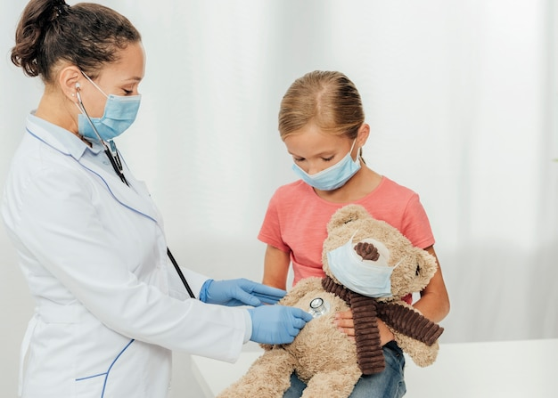Médico de tiro médio verificando urso