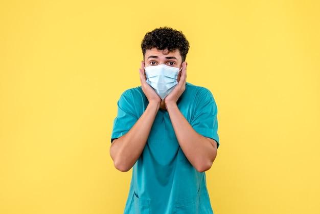 Médico de visão frontal o médico com máscara fica surpreso com as queixas dos pacientes