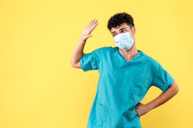 Médico de visão frontal o médico com máscara mostra como cumprimentar uma pessoa durante a pandemia de coronavírus