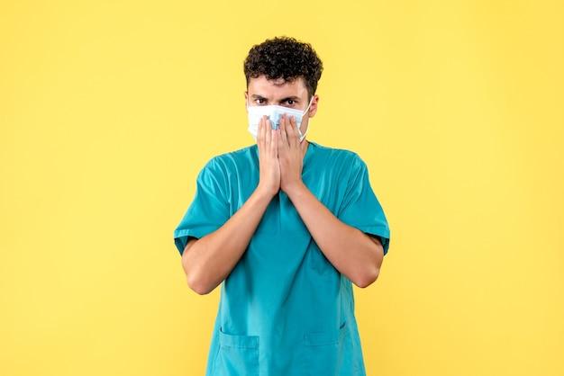 Médico de visão frontal o médico com máscara pede às pessoas para pensarem sobre a situação