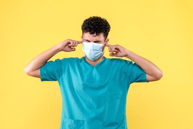 Médico de visão frontal, o médico com máscara reclama de dor de ouvido