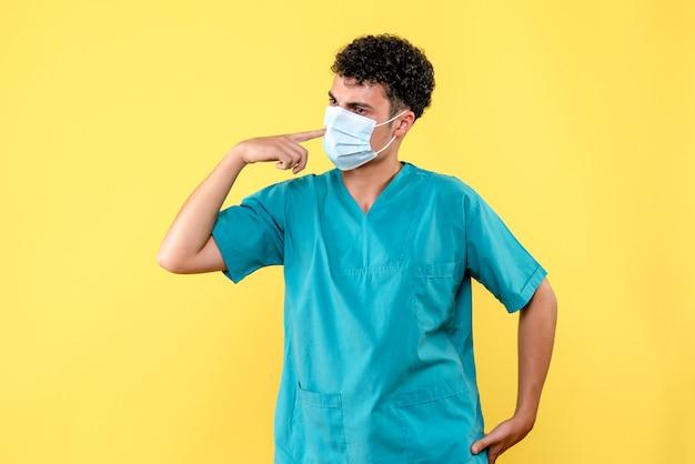 Médico de visão frontal, o médico usa máscara por causa da pandemia de covid
