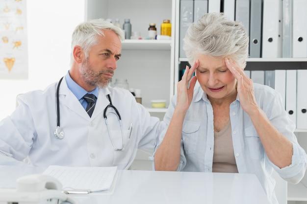 Médico de visita do paciente sênior