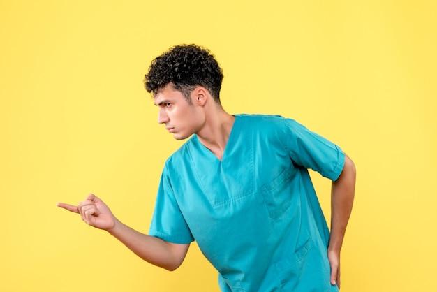 Médico de vista frontal médico descontente aponta para o lado