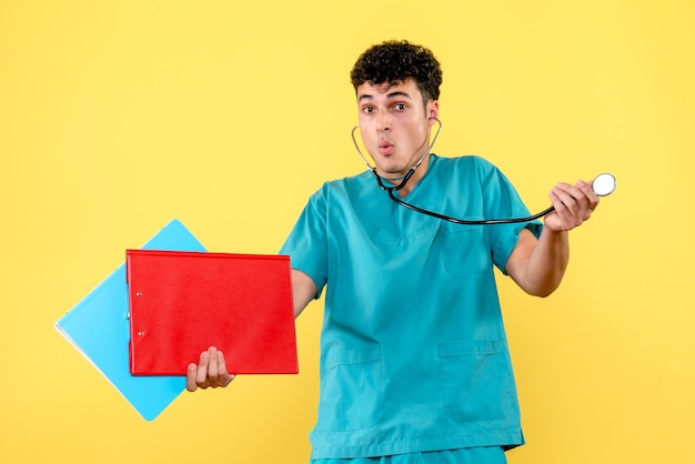 Médico de vista frontal um médico com estetoscópio e documentos do paciente