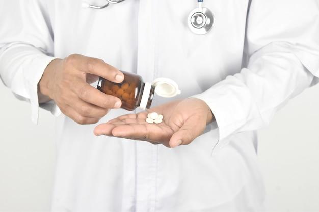 Médico derramar o medicamento fora da garrafa