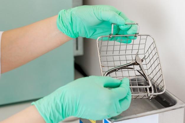 Médico desinfeta a ferramenta