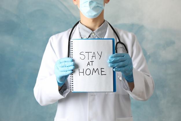 Médico detém notebook com inscrição ficar em casa