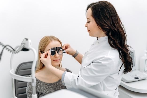 Médico determina a visão do paciente
