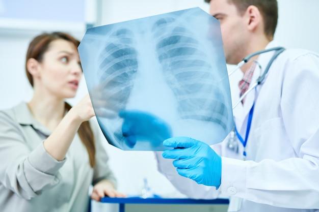 Médico discutindo a imagem de raio-x