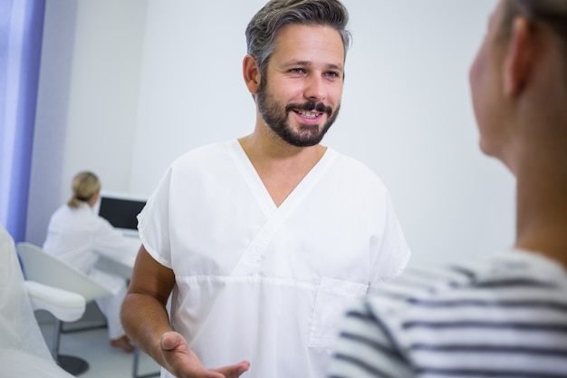 Médico discutindo com um paciente