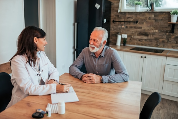 Médico discutindo com um paciente.