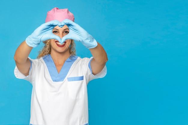 Médico do hospital jovem loira com um sorriso bonito