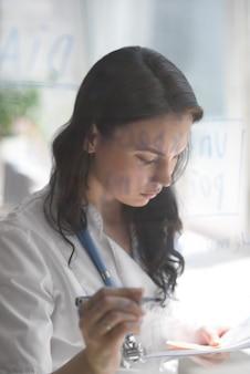 Médico do sexo feminino trabalhando