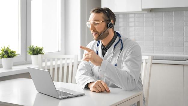 Médico durante uma videochamada online. conceito de tecnologias modernas de comunicação à distância formato 16: 9.