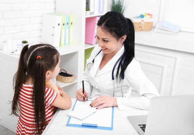 Médico e criança no consultório