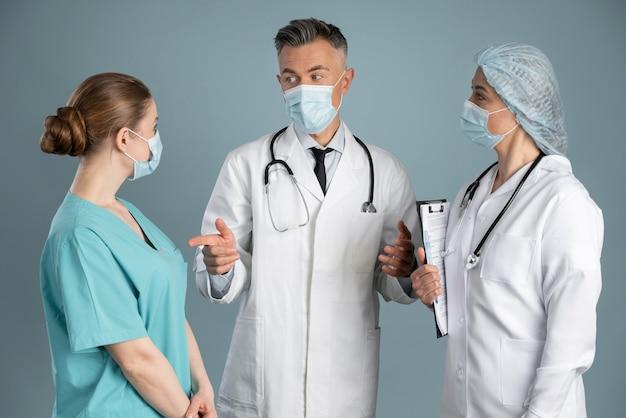 Médico e enfermeiras em equipamentos especiais