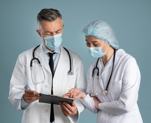 Médico e enfermeiro em equipamento especial