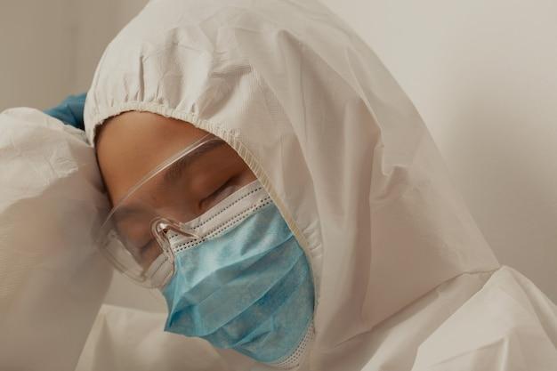 Médico e equipe de enfermagem estressados com a epidemia de covid-19