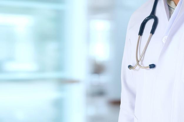 Médico e estetoscópio trabalham no hospital.