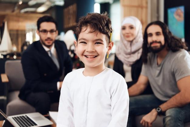 Médico e os pais estão procurando no menino psicólogo no escritório