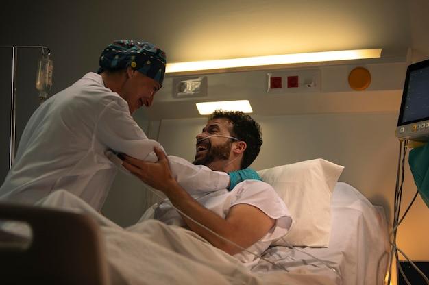 Médico e paciente comemorando as boas novas