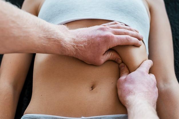 Médico e paciente do sexo feminino durante uma sessão de massagem fisioterapêutica