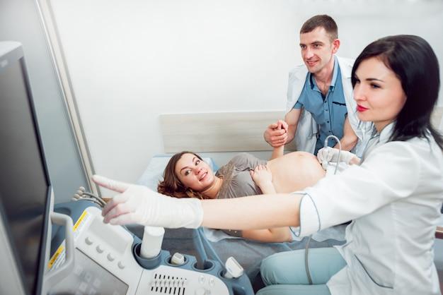 Médico e paciente. equipamento de ultrassom. diagnóstico e ultra-sonografia