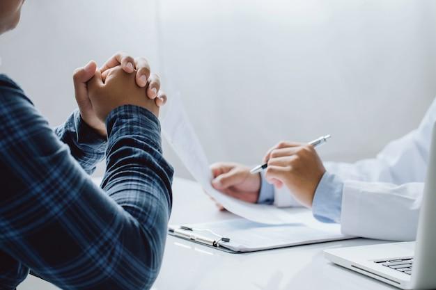 Médico e paciente estão discutindo consulta sobre diagnóstico de problema de sintoma da doença e método de tratamento. conceito de medicina e saúde.