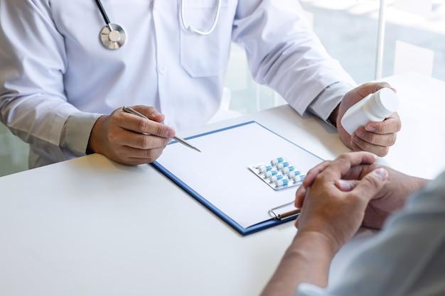 Médico e paciente estão discutindo consulta sobre diagnóstico de problema de sintomas da doença, conversam com o paciente sobre medicamentos e métodos de tratamento.