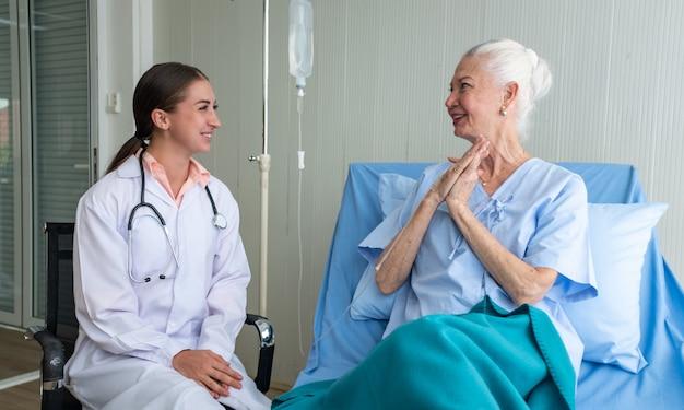 Médico e paciente idoso