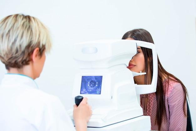 Médico e paciente na clínica de oftalmologia
