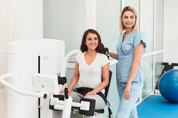 Médico e paciente usando dispositivo médico