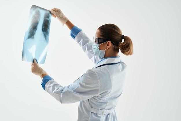 Médico em diagnóstico de jaleco branco paciente digitalização de fundo