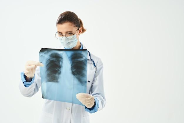 Médico em diagnóstico de jaleco branco paciente varredura de fundo isolado. foto de alta qualidade