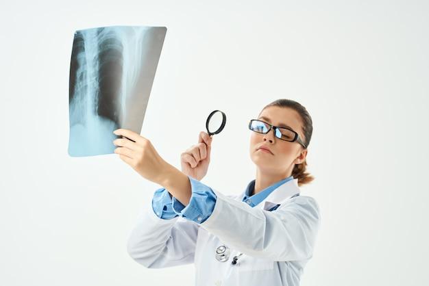 Médico em estúdio profissional de exame de jaleco branco