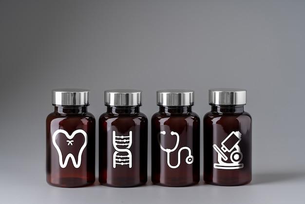 Médico em frasco de medicamento para cuidados de saúde global
