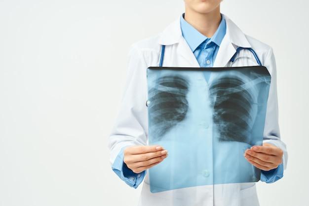 Médico em jaleco branco ilyinovka instantâneo profissional de exame de saúde hospitalar
