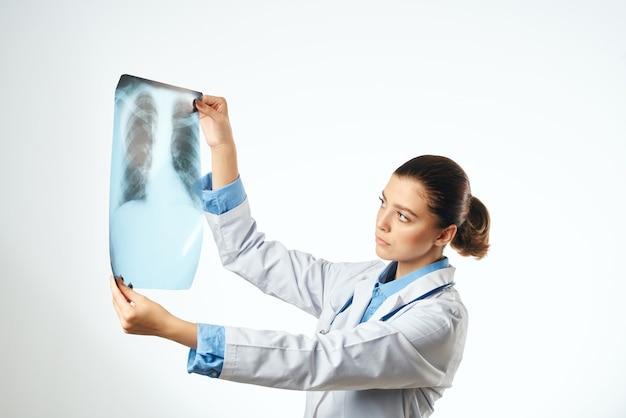 Médico em jaleco branco, tratamento médico de injeção, hospital profissional
