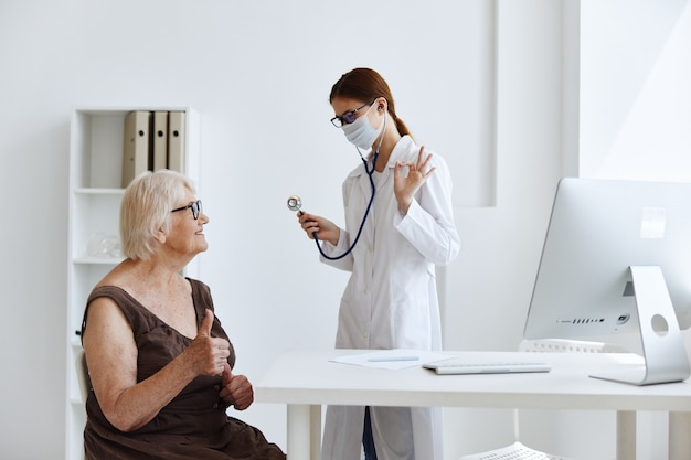 Médico em máscara médica paciente exame médico especialista. foto de alta qualidade