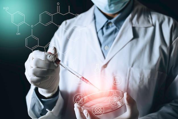 Médico em medicina com seringa na mão. cuidados de saúde e conceito médico.