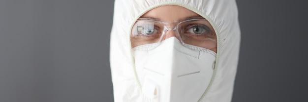 Médico em traje de proteção antiplaca, óculos e respirador retrato